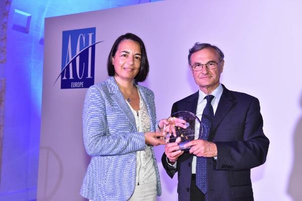 Image of  Albert Prévos handing over award to Larnaca Airport representative